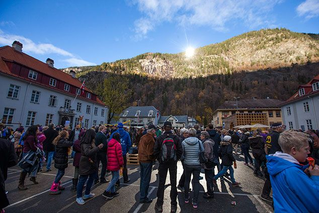 <p>Los residentes del pequeño pueblo de Rjukan, en Noruega, toman un baño de sol gracias a la develación de unos espejos solares gigantes en una de las montañas. (Foto AP/NTB Scanpix, Terje Bendiksby)</p>