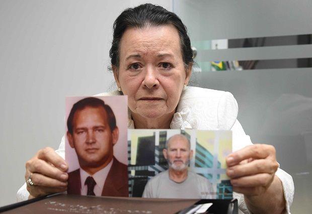 Miriam Arocena muestra fotos de su esposo Eduardo