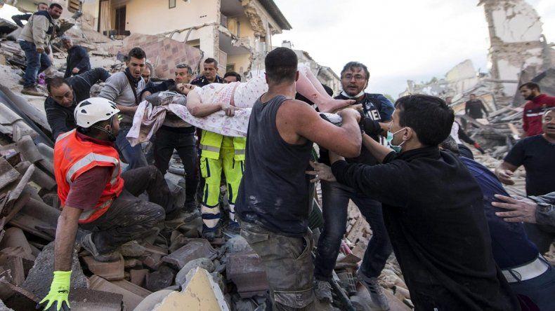Una mujer herida es rescatada de entre los escombros de un edificio en Amatrice, en el centro deItalia, tras el terremoto de este 24 de agosto de 2016.