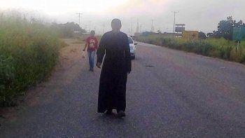 El Padre Lenín Ramón Bastidas Villegas durante su recorrido por la vía desde el oriente de Venezuela hasta Caracas
