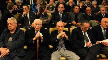 El exgeneral Luciano Benjamín Menéndez (en primera fila de bastón) y otros 27 acusados fueron este viernes condenados a cadena perpetua por un tribunal de Argentina