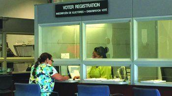 Una residente se registra para ejercer su derecho democrático al voto en el Condado