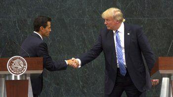 El presidente mexicano Enrique Peña Nieto saluda al candidato republicano a la Casa Blanca, donald Trump, tras su reunión en México.