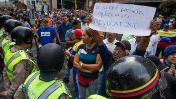 Manifestantes venezolanos piden el revocatorio en contra de Maduro.