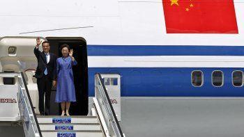 El primerministrode China, Li Keqiang, saluda junto a su esposa, Cheng Hong, a su llegada al aeropuerto internacional de La Habana, Cuba