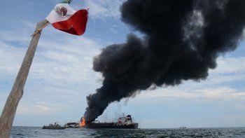 Vista de un buque tipo cisterna de la empresa petrolera mexicana Pemex, cargada con 160 mil barriles de combustible, que explotó y se incendió frente a las costas del puerto de Veracruz, este 24 de septiembre de 2016.