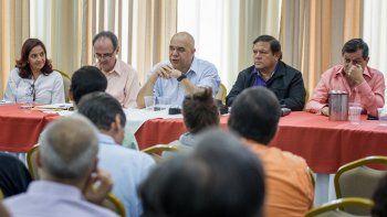 El secretario general de la coalición opositora MUD, Jesús Torrealba (c), sostiene una reunión con ciudadanos este 24 de septiembre del 2016, en Caracas, Venezuela.