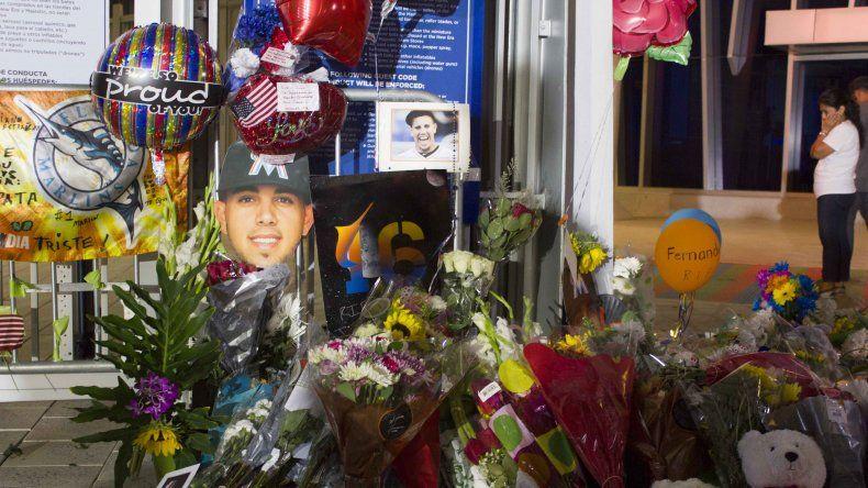 Flores y globos se agolpan es esta especie de altar que los seguidores de Fernández han creado en el Marlins Park de Miami.