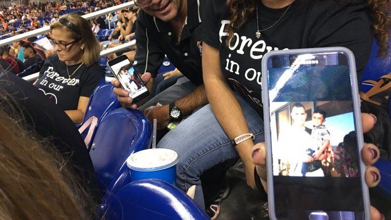 La familia Méndez muestra con orgullo las fotografías que tomaban cada vez que se encontraban con José Fernández a las afuera de un juego