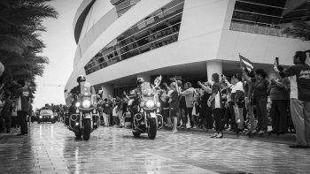 Las personas esperaron bajo la lluvia al cortejo fúnebre de Fernández