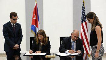 La secretaria de Salud de EEUU, Sylvia Burwell, y el titular del Ministerio de Salud de Cuba, Roberto Morales