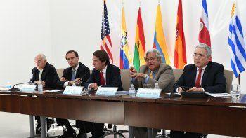 Expresidentes durante el segundo conversatorio. A la izq, Andres Pastrana; a la derecha, Alvaro Uribe