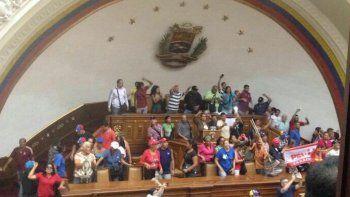 Grupos oficialistas tomaron el Parlamento Nacional