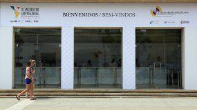 Dos personas caminan frente al Centro de Convenciones de Cartagena de Indias, a cinco días del inicio de la XXV Cumbre Iberoamericana de Jefes de Estado y de Gobierno