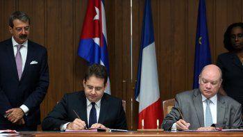 A partir de la renegociación de la deuda cubana conFrancia se creó el Comité de Orientación Estratégica para proyectos de inversión de empresas francesas en la isla, firmado por el secretario de Comercio y Turismo deFrancia, Matthias Felk (i),