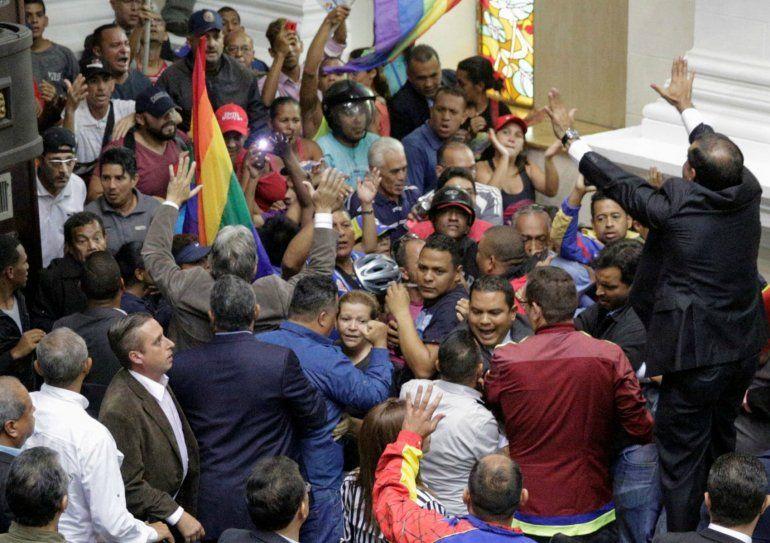Bajo el grito de el pueblo unido jamás será vencido chavistas lograron burlar las cuatro alcabalas que existen para ingresar al salón de debates del Parlamento
