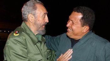 Fidel Castro yHugo Chávez en el aeropuerto José Martí, en La Habana, Cuba, en el año 2004.
