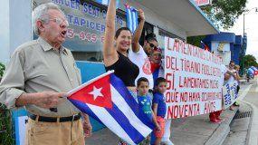 Exiliados cubanos celebran en La Pequeña Habana la muerte del tirano.