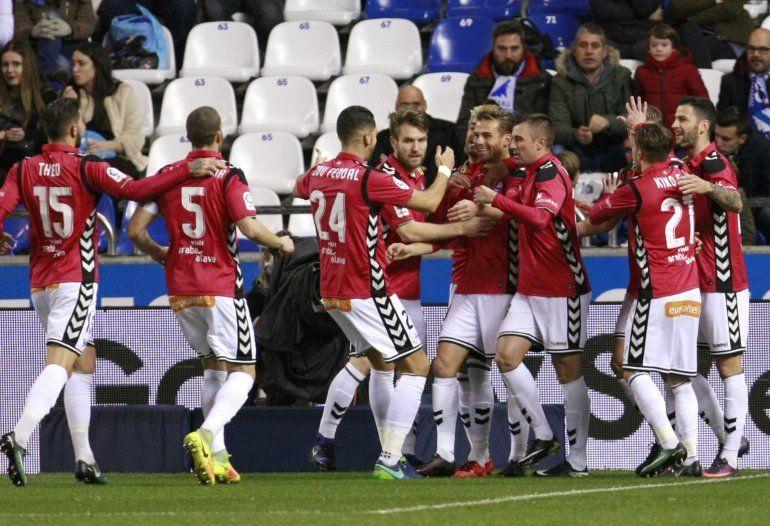 Los jugadores del Deportivo Alavés celebran el gol del delantero Christian Santos