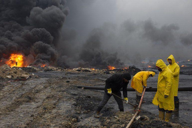 Dotaciones del cuerpo de bomberos de Irak tratan de extinguir el incendio de los pozos de petróleo de la ciudad de Qayyarah