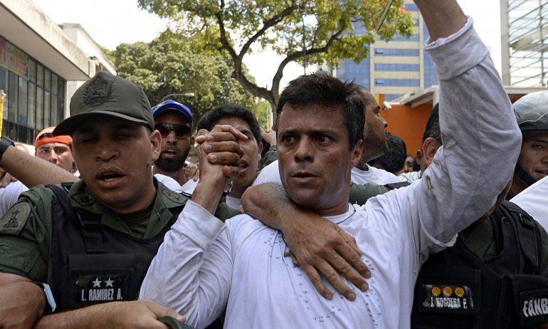 Leopoldo López cumple una condena de 13 años y nueve meses de cárcel por incitación a la violencia en unas protestas que convocó contra Maduro en 2014.