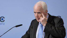 El senador estadounidenseJohnMcCain, durante la 53 Conferencia de Seguridad de Múnich, celebrada este 17 de febrero de 2017. McCainafirmó que los dictadores empiezan reprimiendo a la prensa, en alusión a la postura del presidente Trump sobre algunos medios de comunicación que, dijo, son el enemigo del pueblo.