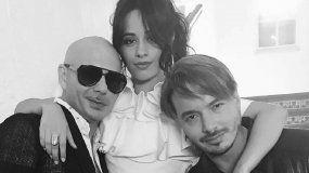 Camila Cabella junto a J Balvin y Pitbull.
