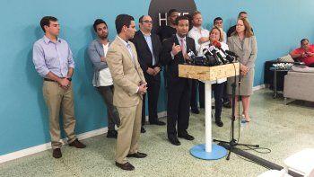 El representante federal republicano Carlos Curbelo, durante la rueda de prensa con jovenes empresarios inmigrantes. En la gráfica también están el comisionado Francis Suárez y la representante federal republicana  Ileana Ros Lehtinen.