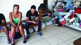 Laura Hidalgo vive junto a unos 15 cubanos en un improvisado dormitorio en una oficina sin funcionar en un centro comercial de La Cruz.