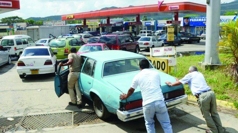 La escasez de combustible se sumó a las calamidades de los caraqueños.