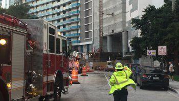 Una docena de camiones de bomberos irrumpió en la popular arteria miamense.
