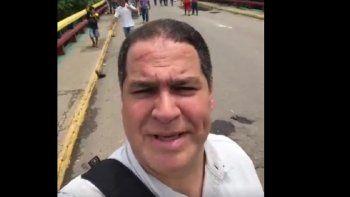 El di`putado Luis Florido se grabó en el momento cuando estaba cruzando la frontera por Colombia a pie.