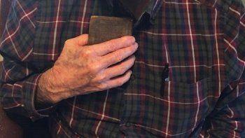 El nuevo propietario de la Biblia de bolsillo de 1881, encontrada en Florida, ha recuperado con ella una parte de su memoria familiar.