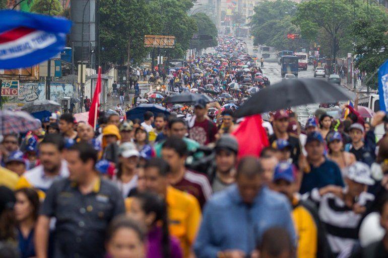 Venezolanos camirán desde distintas parroquias de Caracas para intentar llegar a la Defensoría del Pueblo.