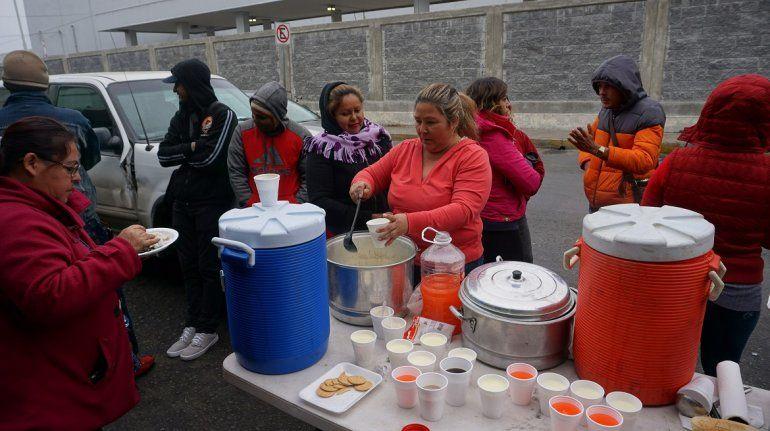Un grupo de migrantes cubanosreciben alimentos en la línea fronteriza de Nuevo Laredo tras quedar varados en México luego de la eliminación de la política de pies secos/pies mojados por la adminisración de Obama.