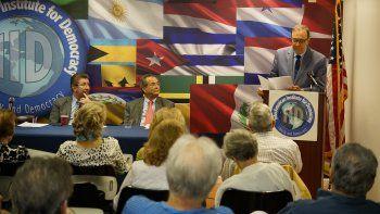 Carlos Alberto Montaner leyó laexcelente ponencia, mezcla de análisis, historia y literatura, Castro y Chávez, las delirantes relaciones entre Cuba y Venezuela.