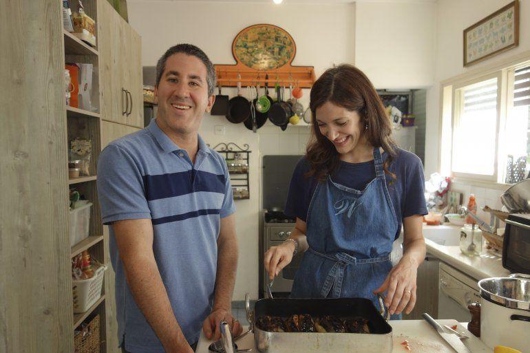 Fotograma de la cinta que recoge al chef Solomonov y la periodista Ruthie Rousso.