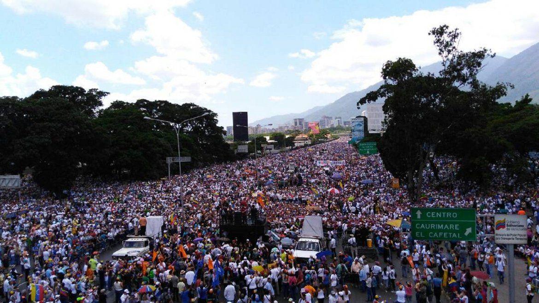 La autopista Francisco Fajardo,   principal arterial vial de la ciudad, ha vuelto a ser el escenario ideal para mostrar la masa opositora en Caracas