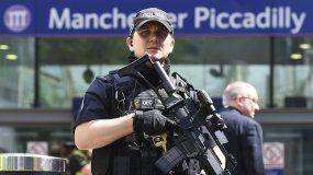 La Policía de la ciudad de Manchester recibió la primera llamada de emergencia el lunes a las 22:33, hora local. En total fueron 240 las llamadas recibidas en relación con la explosión.