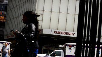 Una mujer camina junto a una unidad de emergencia en el Centro Médico Langone NYU de la ciudad de Nueva York, el miércoles 24 de mayo de 2017.
