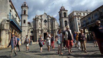 Varios turistas caminan por la Plaza de la Catedral en La Habana, Cuba. La moda de visitarla isla ha vivido una época de esplendor en los dos últimos años con récords en la llegada de visitantes foráneos.
