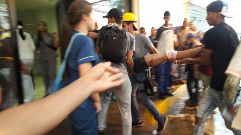 Momento en que el estudiante venezolano de 22 años, Augusto Puga, era llevado a la clínica donde falleció a consecuencia de un disparo en la cabeza.