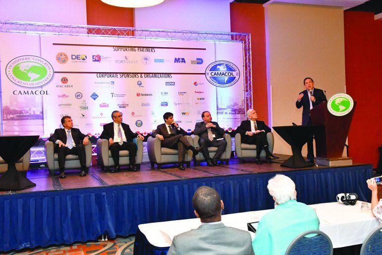El gobernador del departamento colombiano de Boyacá, Carlos Amaya, habla durante una de las sesiones
