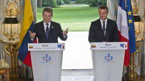 El presidente francés Emmanuel Macron (d) participa con el presidente deColombiaJuan Manuel Santos (i) en una rueda de prensa conjunta, en el Palacio del Elíseo, en París (Francia) el pasado 21 de junio de 2017.