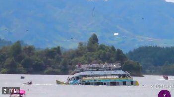 En un video colgado en las redes sociales se observa el momento cuando se hunde la embarcación.