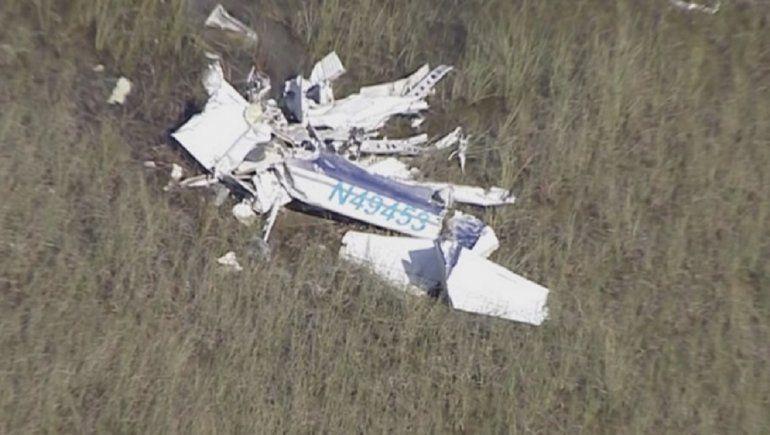 Imágenes aéreas del canal Sky 10 mostraban un cuerpo tendido junto a los restos de la pequeña avioneta