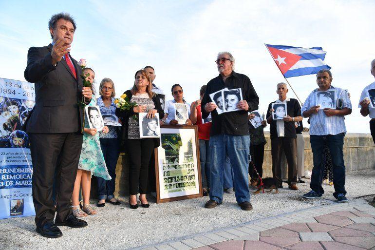 Activistas por los derechos humanos y familiares de las víctimas honraron en Miami la memoria de las personas que murieron tras el hundimiento del remolcador