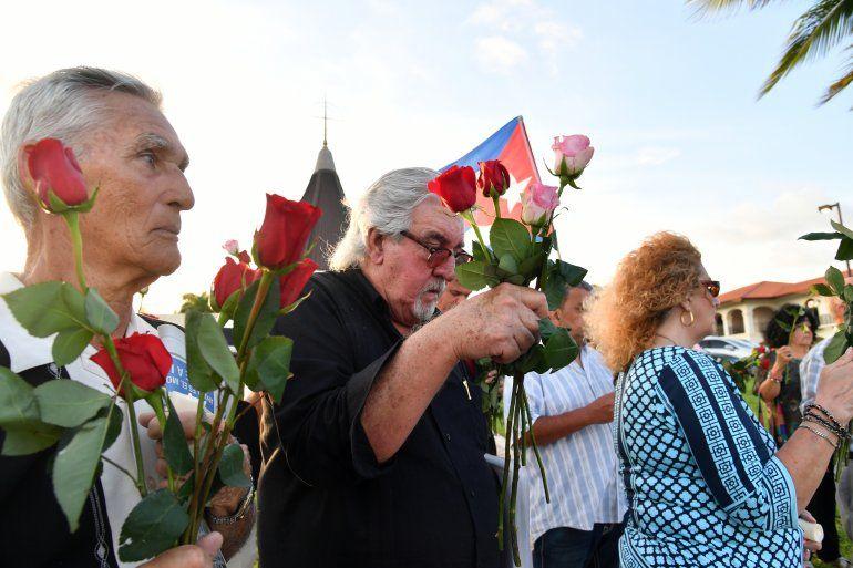 Con flores y lágrimas que no cesan fueron recordadas en Miami las víctimas del remolcador