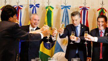 Evo Morales, Michelle Bachelet, Michel Temer, Mauricio Macri y Horacio Cartes brindan el 21JUL17 en reunión del Mercocur.