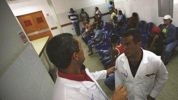 Imagen de archivo de médicos cubanos en un centro de salud en Venezuela.